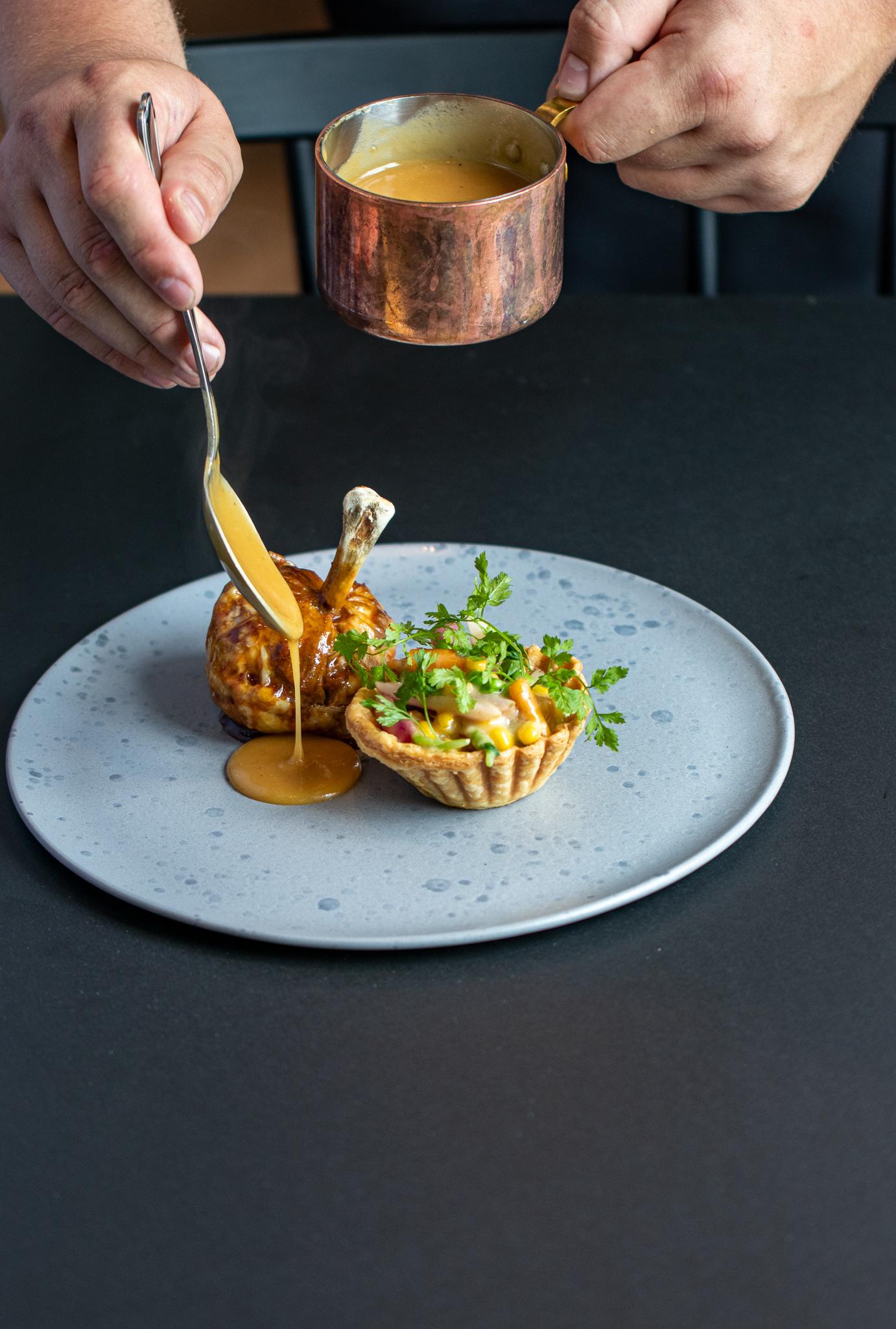 Unghanelår glaseret & farseret med det bedste fra hanen med sommerfrikasse i tartelet, serveret med sauce supremé