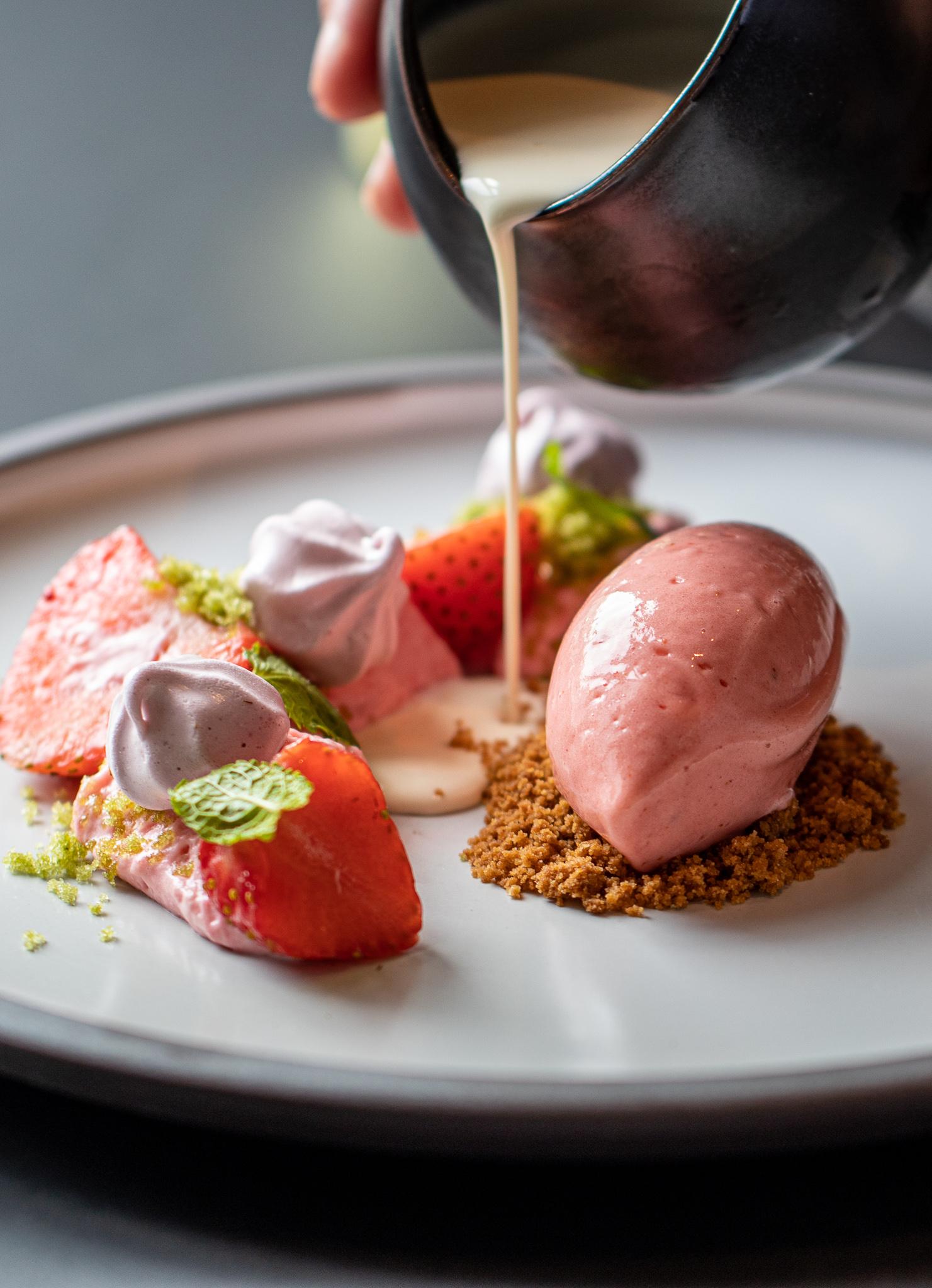Friske danske jordbær med jordbærsorbet, frisk fløde & sablé breton